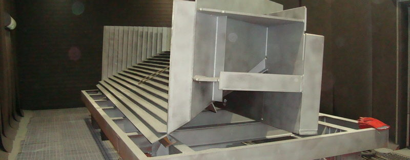 kabina śrutownicza z brama uchylną